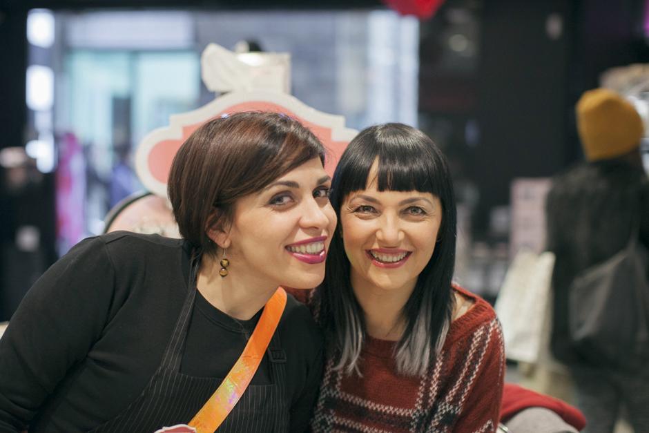 Benefit Brow Bar a Lucca, tintura sopracciglia, Sandra Bacci con la farina Tiziana, consulente Benefit