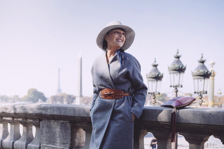 Smile, Sandra Bacci, cappello a falda larga, plaze de la concorde