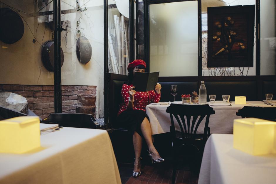 dettaglio seduta al tavolo, ristorante gli orti di via elisa , lucca