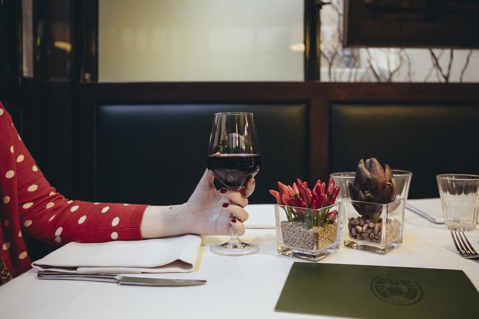 dettaglio tattoo, dettaglio bicchiere vino rosso