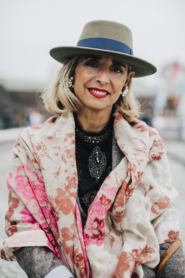 PittiUomo91-pittipeople-lady con cappello a falda larga- donna sorridente