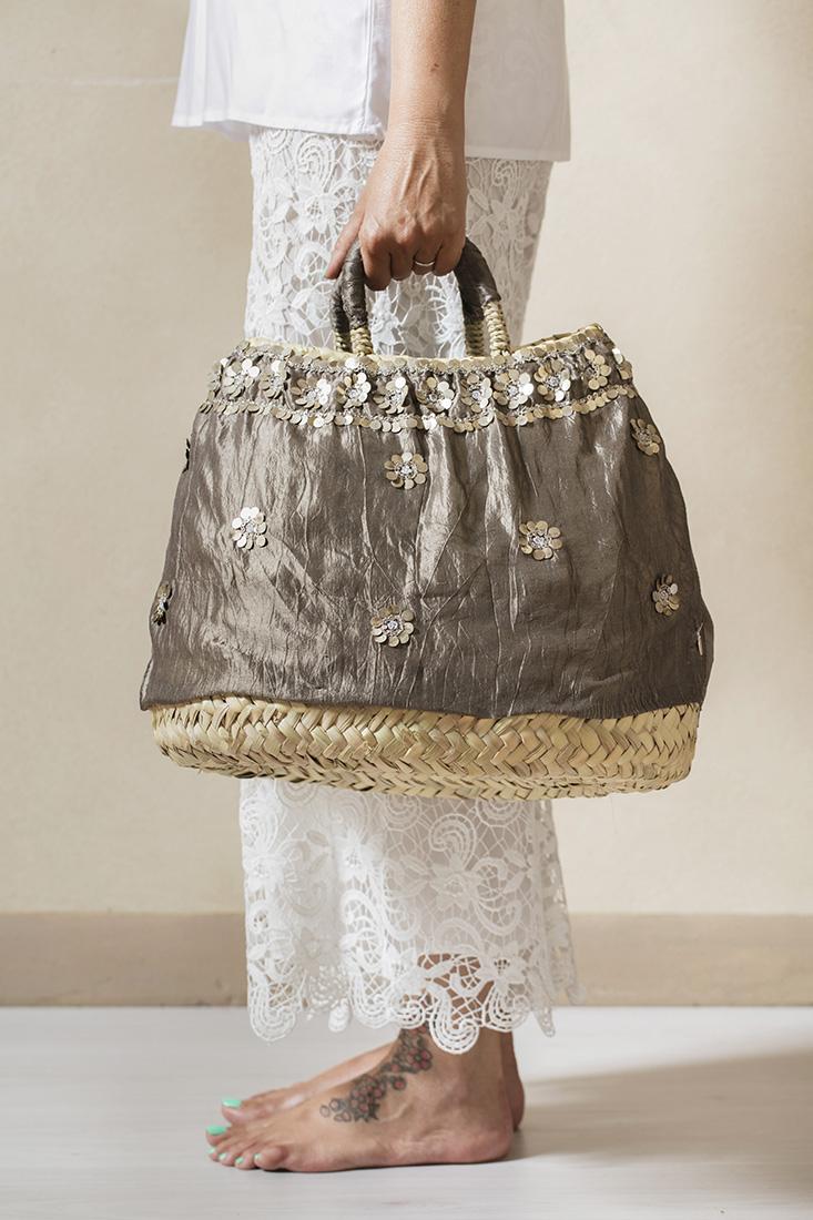borse di paglia con applicazioni in seta