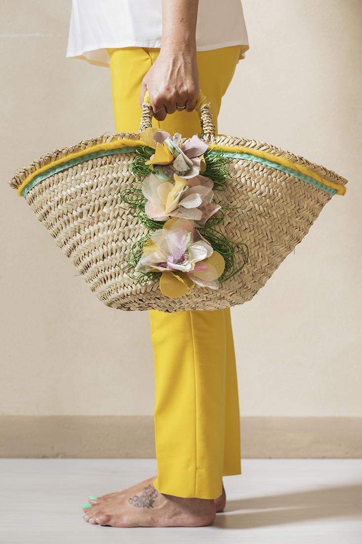 borse in paglia con applicazioni fiori