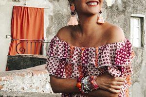 voglia matta di passato, Sandra Bacci, smiling girl, dettaglio orecchini con nappe
