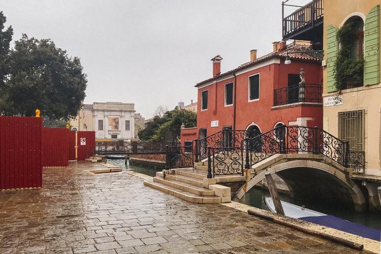 calle con la pioggia