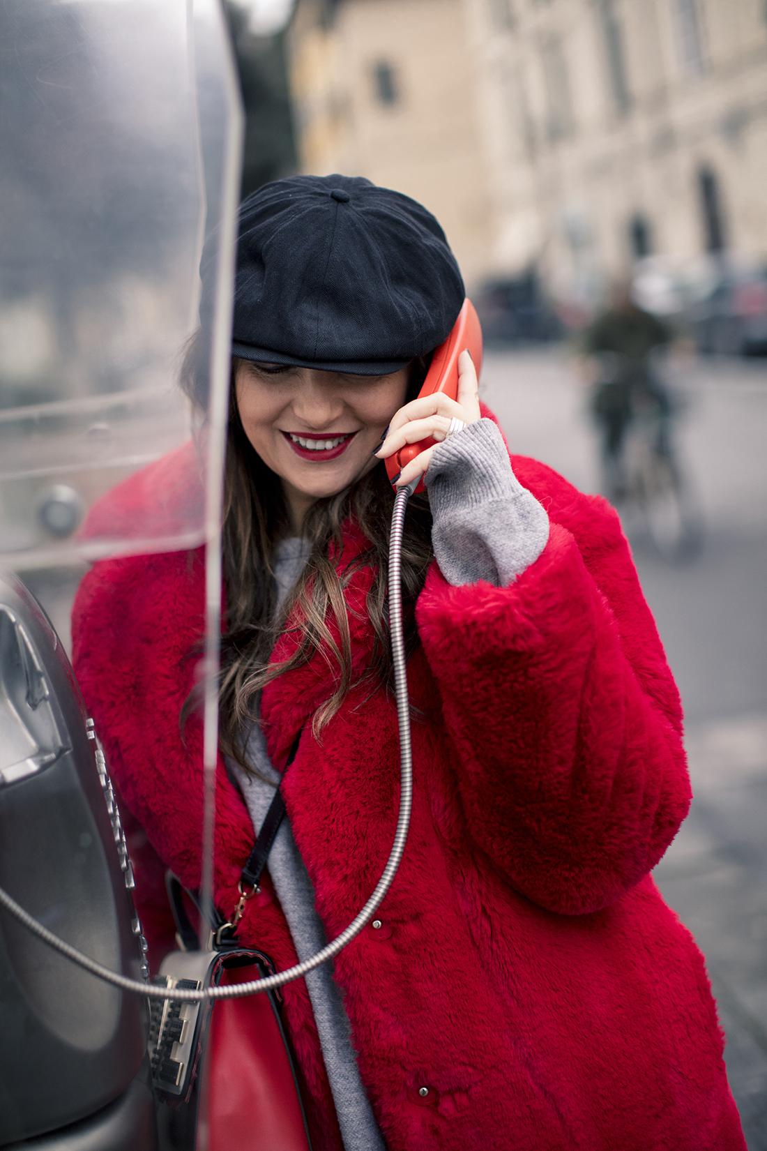 Sandra Bacci, donna al telefono, fake fur mango